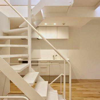 階段をのぼって右に曲がるとキッチンが。