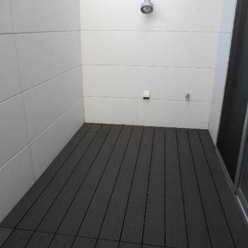 黒い板張り。外干しする時はスタンドを置きましょう♩