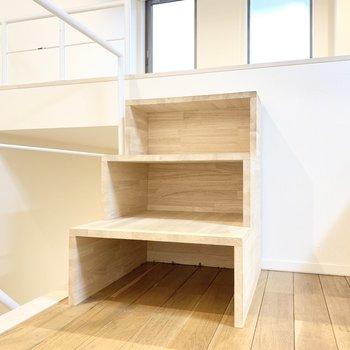 階段はちょっとした収納になりそう。上がると......
