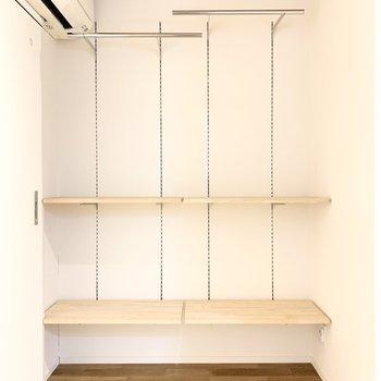 オープンクローゼットです。棚は高さ調節可能!