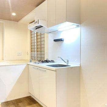 キッチンは白を基調として清潔感があります