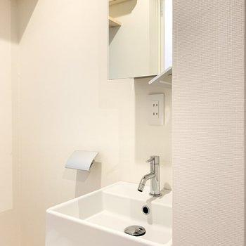 コンパクトな洗面台。鏡は収納になっています。