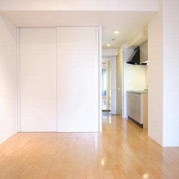 キッチンの横に柱があるので、さらりとセパレートっぽいです。(※写真は5階の同間取り別部屋のものです)