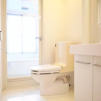 浴室を出るとトイレがあります。(※写真は5階の同間取り別部屋のものです)