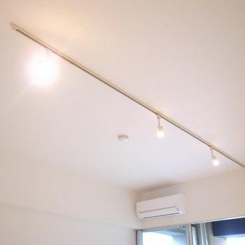 天井を見上げるとライティングレールが!(※写真は5階の同間取り別部屋のものです)
