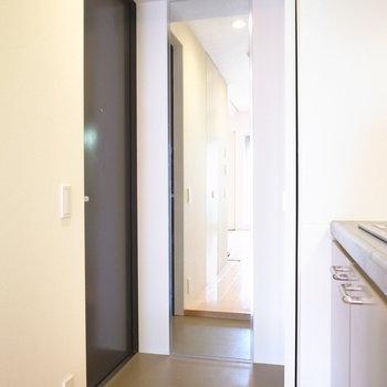 コンパクトな玄関です。大きな姿見つき!(※写真は5階の同間取り別部屋のものです)
