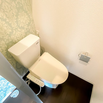 トイレは脱衣所とパーテーションで仕切られています。こちらも嬉しいウォシュレット付き!