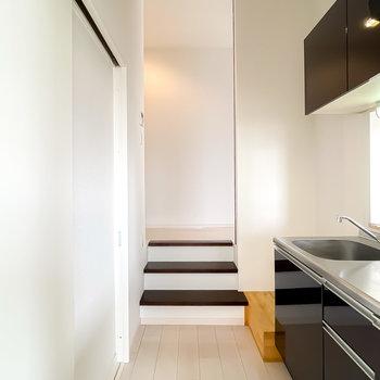 キッチンは反対側にも出入り口があり、階段を登って左には玄関があります。