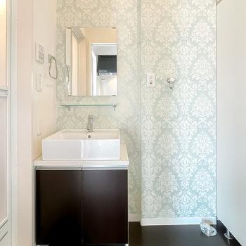 壁のクロスやホテル風の洗面台で、身支度の時間を特別な気分で過ごせそうですね!