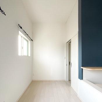 反対側にはベッドを置くこともできそうです。お次は右の引き戸からキッチンへ。