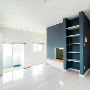 反対側のブルーグレーの壁には、対面式のカウンターとディスプレイとしても使える可動棚があります。