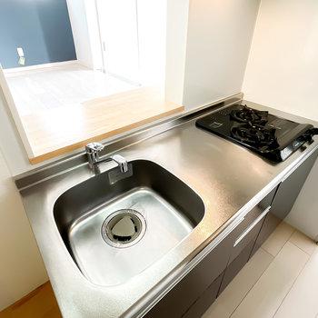 調理ができるスペースもしっかり。作ったらすぐにカウンターに出せるのが嬉しいポイント!