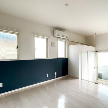 こちらは8帖ほどの広さ。ブルーグレーの腰壁に3つ連なった小窓が海外のようでとっても可愛らしいんです!