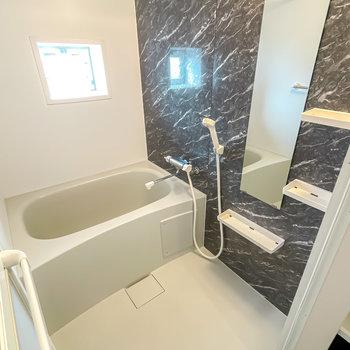 バスルームも石調のパネルで高級感があります。浴室乾燥機付きなので雨の日の洗濯物の乾燥にも◎
