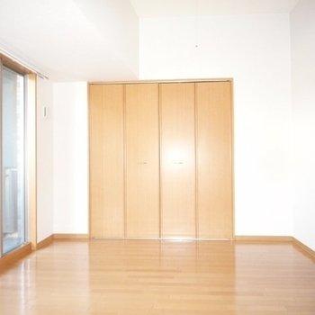 南東向きで明るい7帖のお部屋(※写真は4階同間取り別部屋のものです)