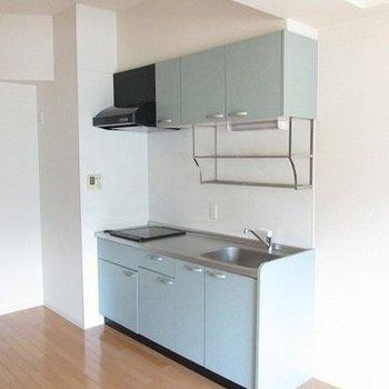 2口コンロの爽やかキッチン(※写真は4階同間取り別部屋のものです)