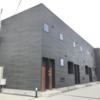 外観はかっこいい!反対側にも同じような建物が並んでいます。