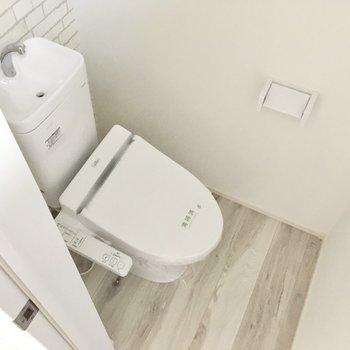 ウォシュレット付きトイレ。(※写真は別棟1階同間取り別部屋のものです)