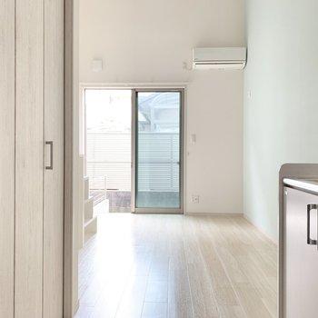 扉を開けると、キッチンと収納がお出迎え。