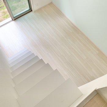ロフトからチラリ。家具はミニマムサイズを揃えましょう。