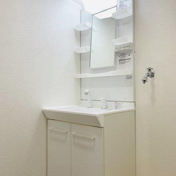 その奥には洗面所。(※写真は2階の反転間取り別部屋のものです)