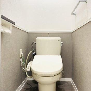 お手洗いは嬉しいウォシュレットつき。(※写真は2階の反転間取り別部屋のものです)