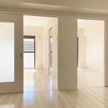 LDKより奥に洋室が2つ並んでいます。(※写真は2階の反転間取り別部屋のものです)