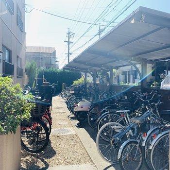 屋根つきの自転車置き場も。