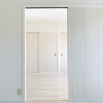 お隣の洋室とは引き戸でつながっています。(※写真は2階の反転間取り別部屋のものです)