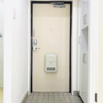 室内最後は玄関スペース。シューケースには姿見がついています。(※写真は2階の反転間取り別部屋のものです)