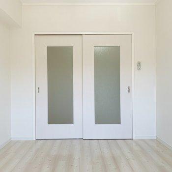 こちらもLDK同様真っ白な空間なので様々なインテリアとマッチしそうです。(※写真は2階の反転間取り別部屋のものです)