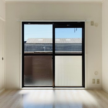【洋6】まずは向かって右側の洋室。温かい陽が差し込みます。(※写真は2階の反転間取り別部屋のものです)