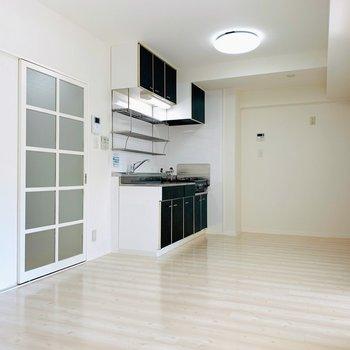 真っ白で開放的な空間へ。(※写真は2階の反転間取り別部屋のものです)