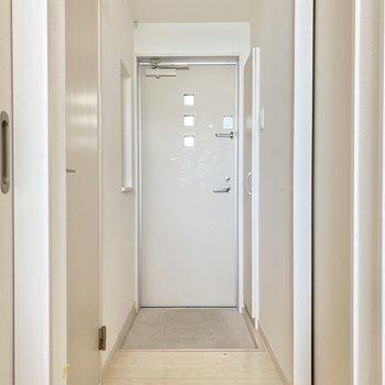 ホワイト!玄関ドアのデザインも素敵。