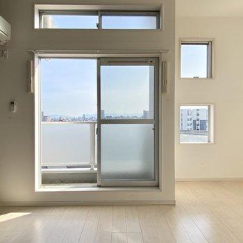 四角い窓がたくさん。そこまで広くないけど開放感があるの。