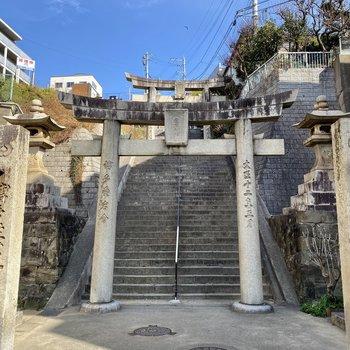 神社の階段を登って右側に見える建物です。ファイト!
