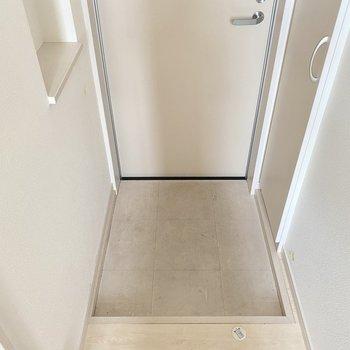 玄関の小物置きに鍵受けトレイを置きたいな。