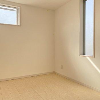 またまた小窓が2つも。柔らかい日差しで目覚めたい。