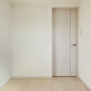 洋室もホワイトな空間。寝室にしてもいいですね。