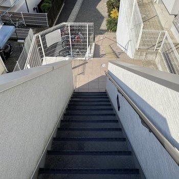 お部屋までの階段はこれくらい。大変、という印象はそこまでなかったです。