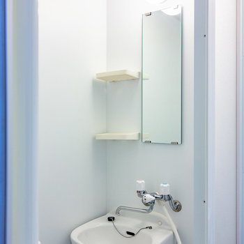 浴室はシャワールームで。洗面台もここに。  ※写真は3階の同間取り別部屋のものです