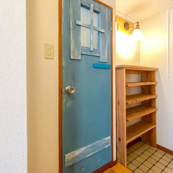おトイレは玄関側に。ドアがなんともキュートなんです。