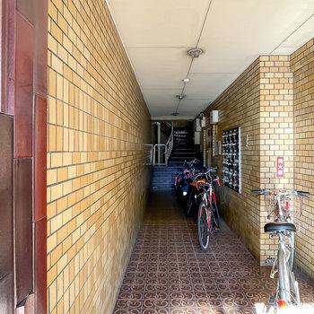 マンション内へのロビーは簡易的な駐輪場としても使われているようです。