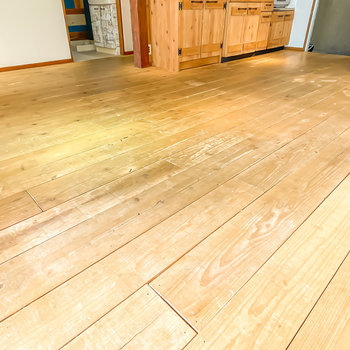 床は無垢材の足場板。経年変化していて、味わい深い表情に。
