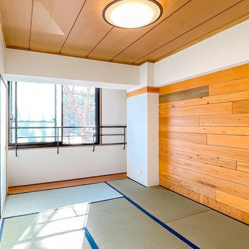 和室も同じく南向きの6帖の空間。壁に張られた木材は、もちろん本物の素材。