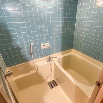 お風呂はレトロ可愛いタイル張り。照明が少し暗めかも?