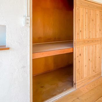 木の扉の中は押入れ。ハンガーラックでクローゼットにするのがオススメです。