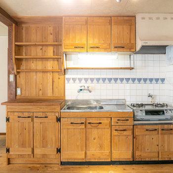 なんと、キッチンまでも木製に!まるで森の中のロッジのような雰囲気。