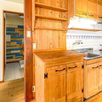 この戸棚には、作家物の器を飾って、ゆっくりとコーヒーを淹れるスペースにしたいな。
