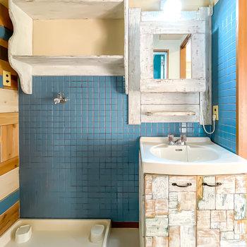 洗面台の鏡や収納棚もお手製。身支度や家事の時間もここなら特別な時間に。